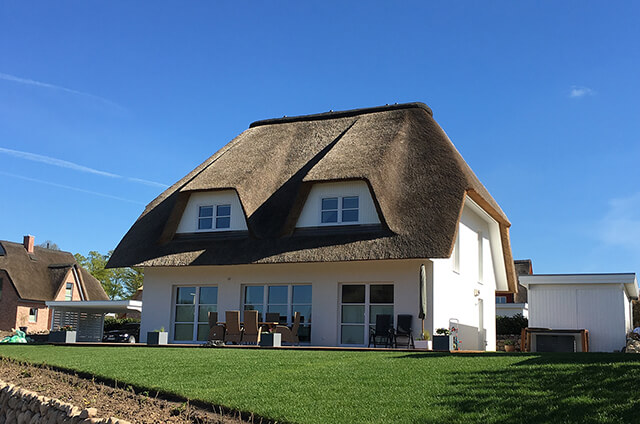 Wärmedämmverbundsystem an weißem Haus in Achterwehr
